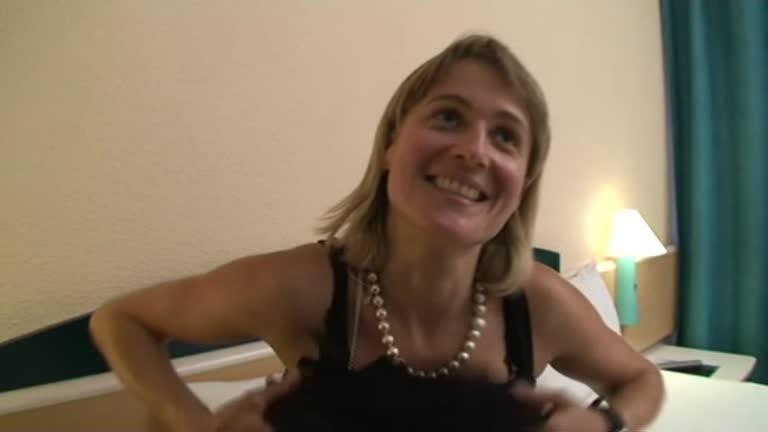 Carole 31 Ans, Vrp En Dentifrice Veut Se Faire Baiser Et Enculer Par Un Black!